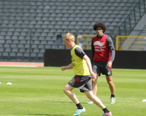 Fellaini keeps a close eye on Kevin De Bruyne (copyright John Chapman)